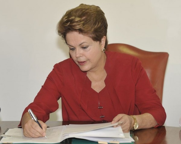 Dilma inclui mais 8 setores nos cortes de tributos da folha de pagamento