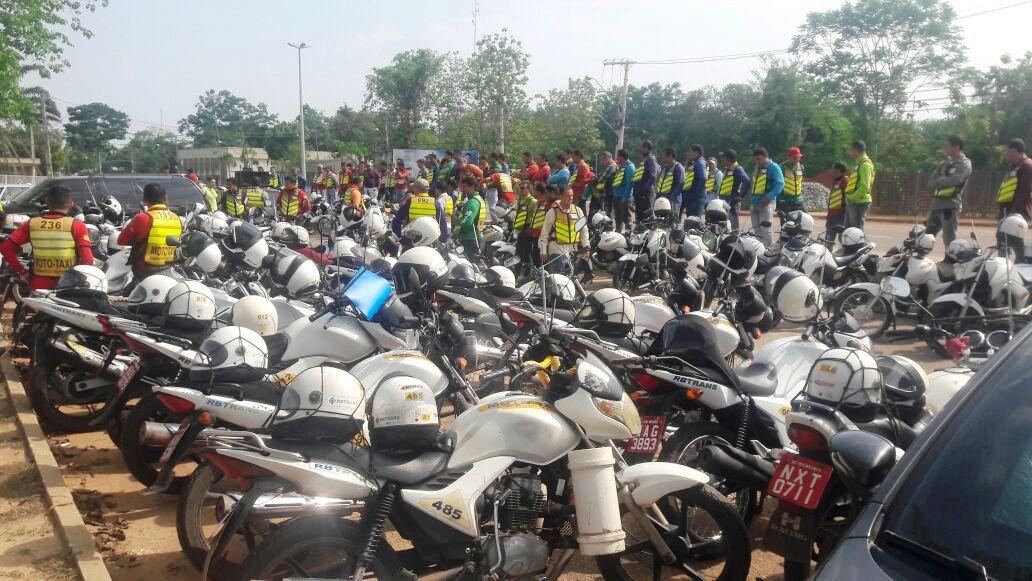 Mototaxistas fazem manifestação contra transporte clandestino em Rio Branco (AC)