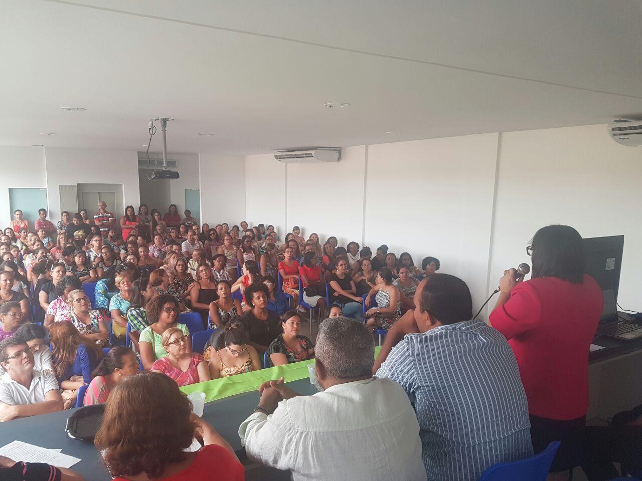 Assembleia reúne mais de 200 professores da região de Carpina (PE)