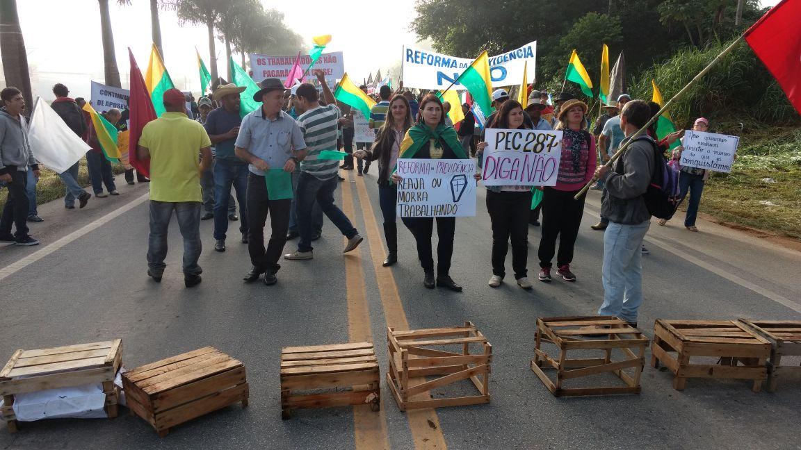 Manifestantes fecham a rodovia BR 262 no Espírito Santo contra reformas trabalhista e da Previdência