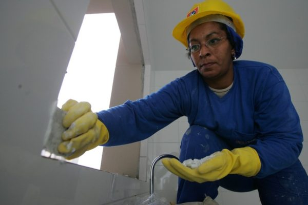 Mulher trabalha 5,4 anos a mais do que homem, diz estudo do Ipea