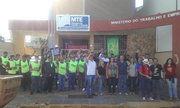 Protesto contra as reformas do governo reúne 150 pessoas em Campo Grande (MS)