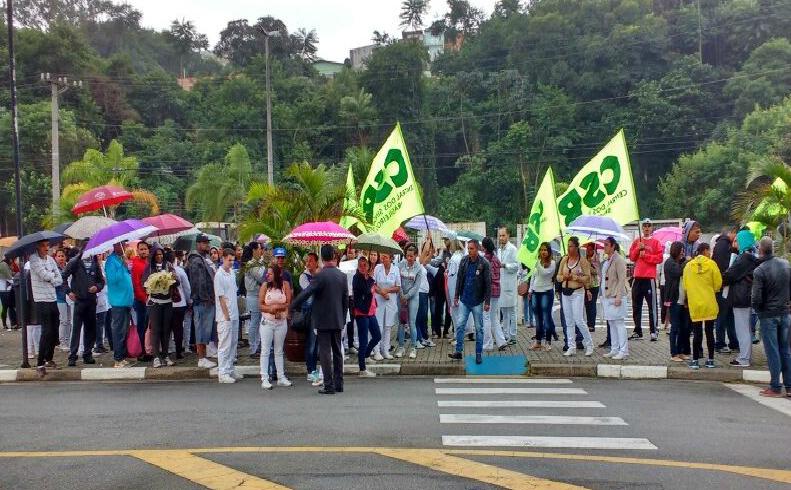 Trabalhadores do Hospital Municipal de Barueri fazem manifestação na rodovia Castelo Branco