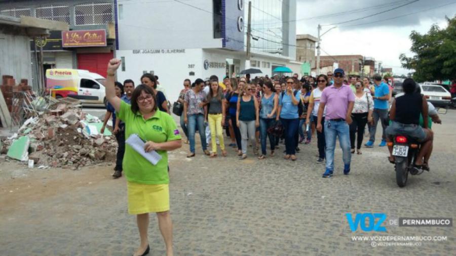 Em Carpina (PE), professores realizaram passeata e parada de advertência