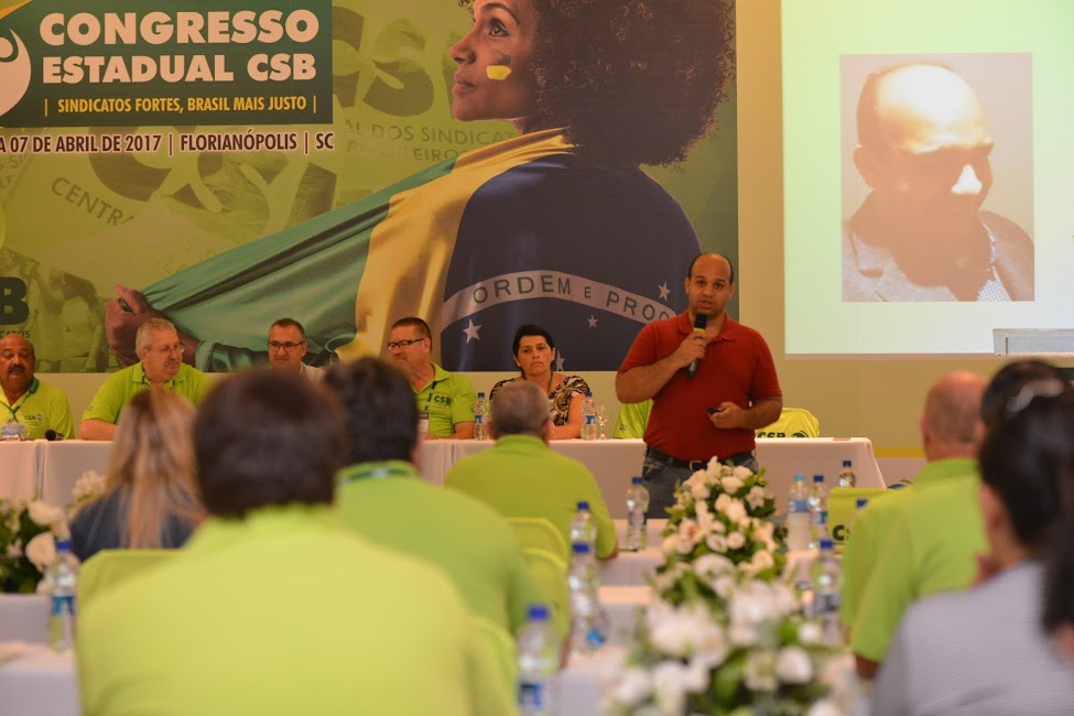 Historiador Wendel Pinheiro abre o primeiro dia de palestras do Congresso Estadual da CSB em Florianópolis (SC)