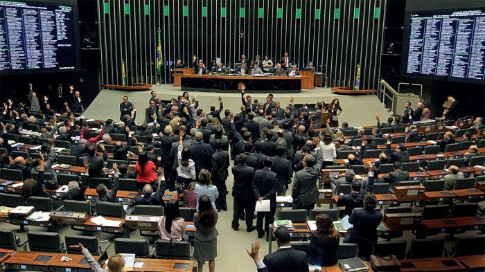 Veja os nomes dos 287 deputados que aprovaram a urgência para acabar com direitos trabalhistas