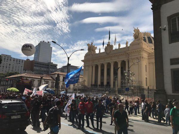 Deputados do RJ aprovam assalto a salários dos servidores