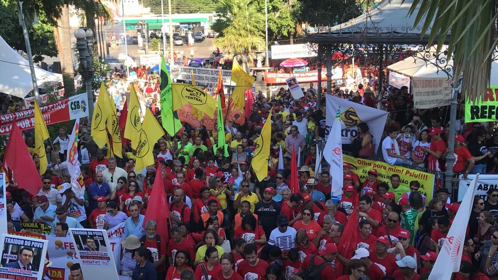Cuiabá tem protesto contra reformas trabalhista e da Previdência