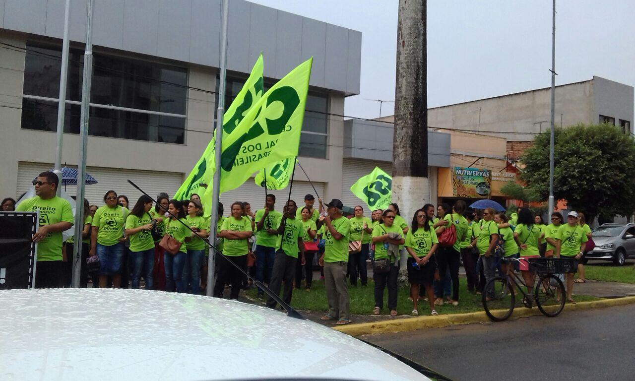Professores, alunos e pais em Carpina (PE) fazem manifestação contra atrasos nos salários