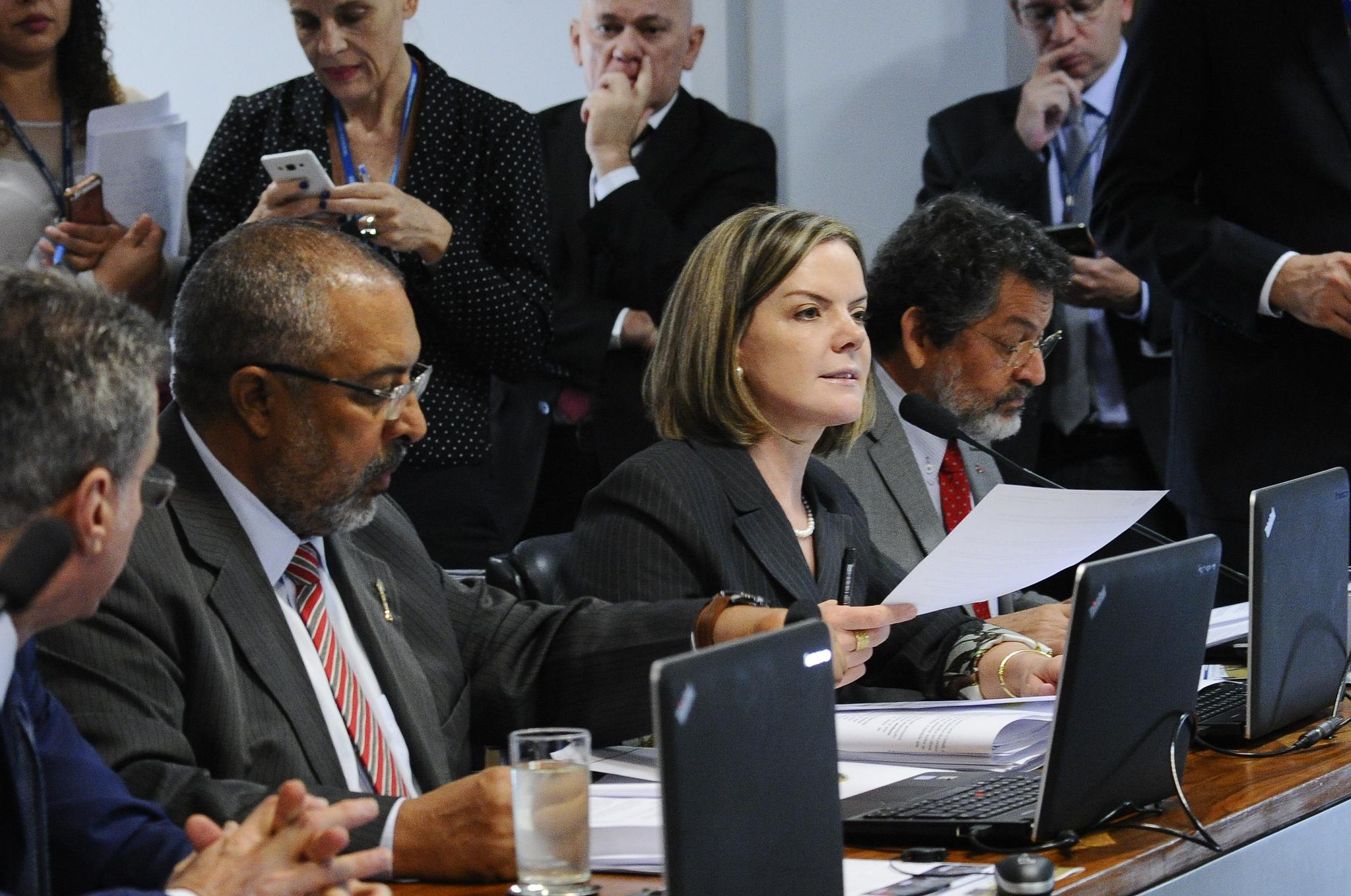 Senadores apresentam voto em separado contrário à reforma trabalhista