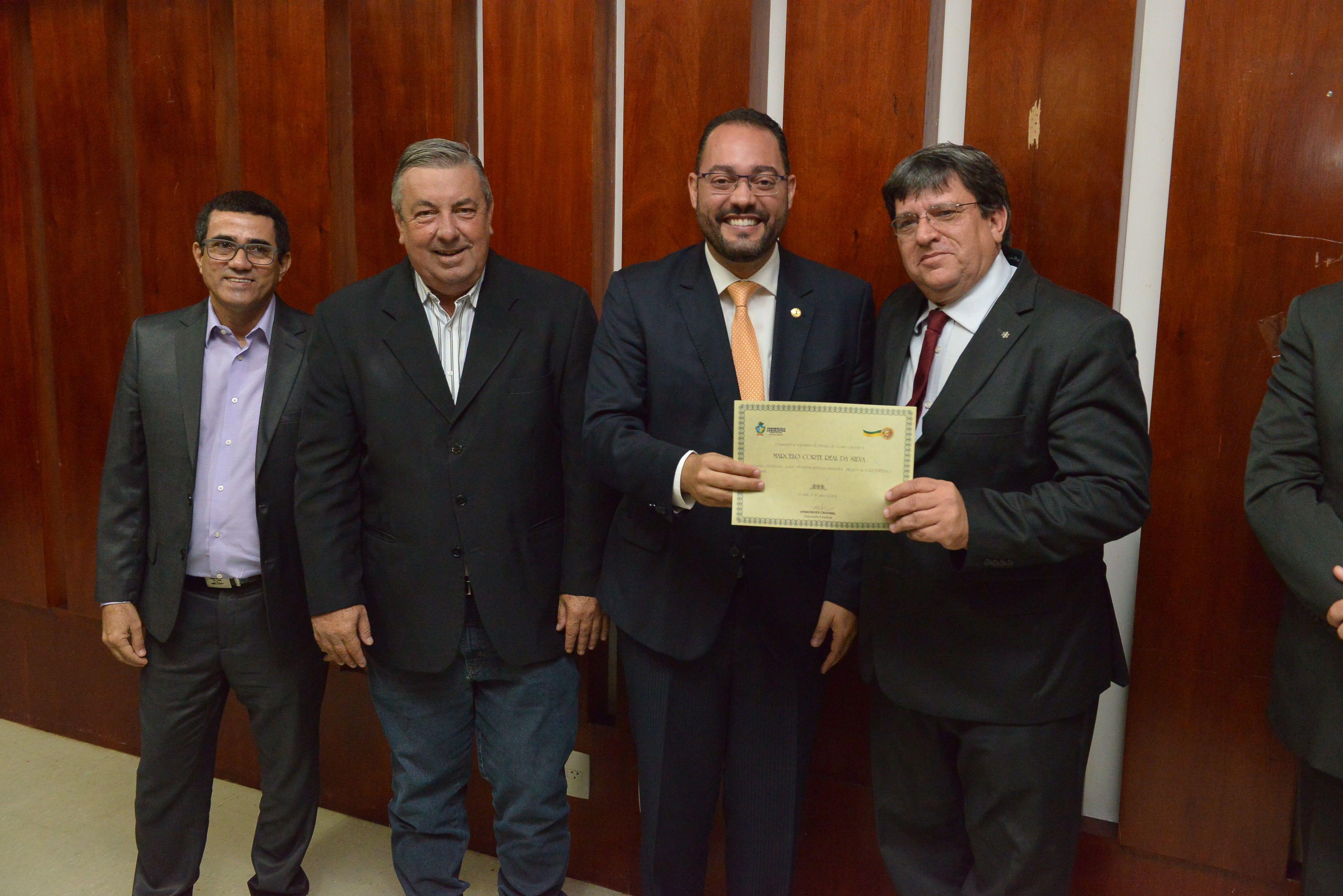 Na Assembleia Legislativa de Goiás, presidente do SINFEAGO recebe homenagem