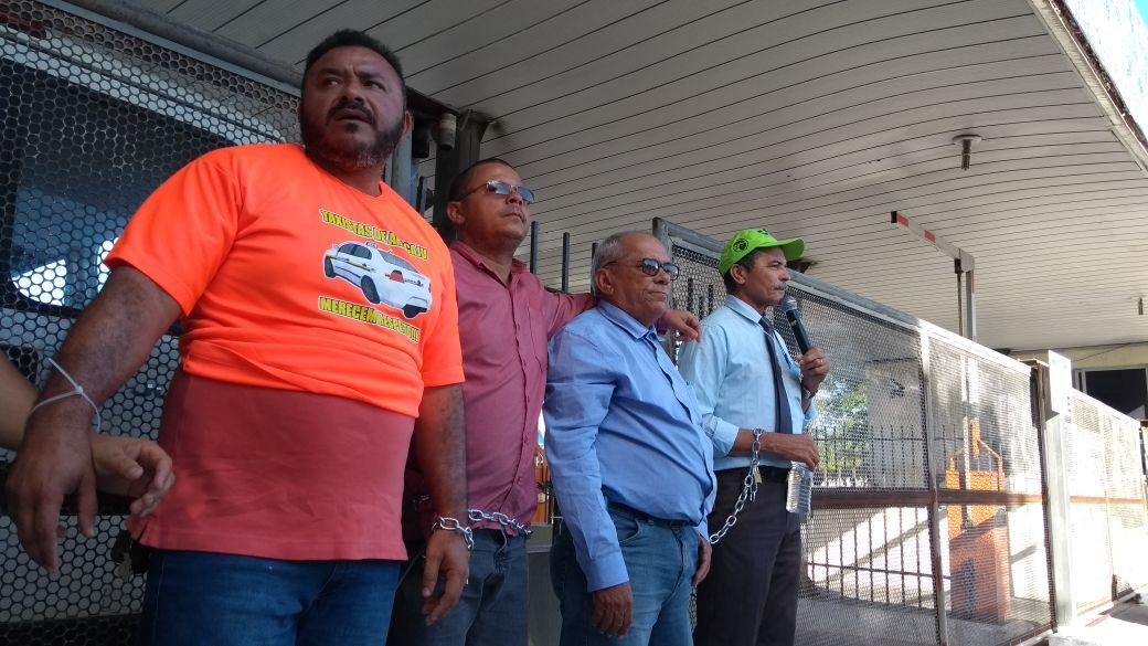 Por mais fiscalização, taxistas de Aracaju se acorrentam em frente à prefeitura