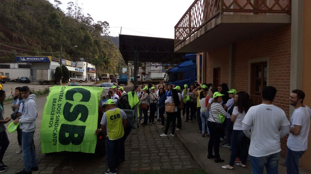 Pagamento de piso salarial é reivindicação de protesto dos professores de Santa Teresa (ES)