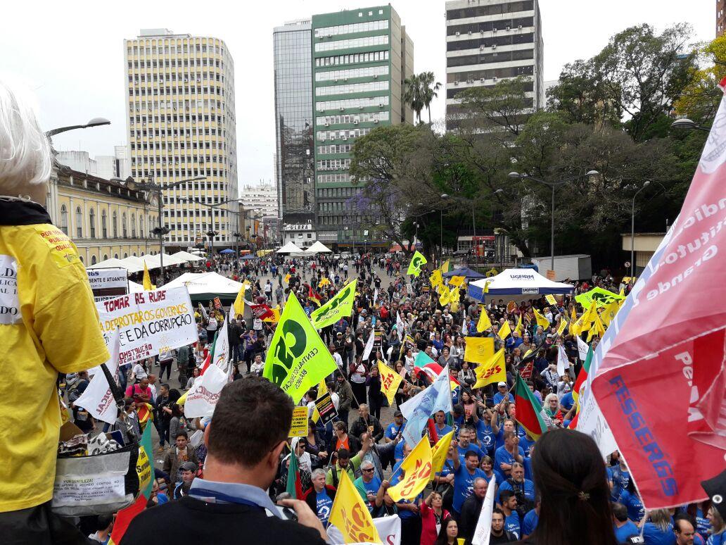 Milhares de trabalhadores tomam centro de Porto Alegre e mostram força contra humilhações do Governo Sartori e do Governo Temer