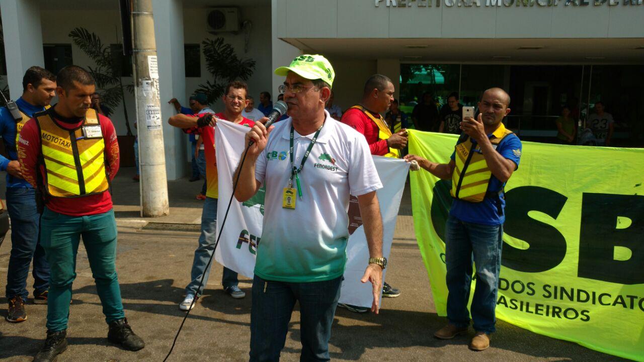 Mototaxistas e taxistas fazem manifestação contra transporte clandestino em Rio Branco (AC)