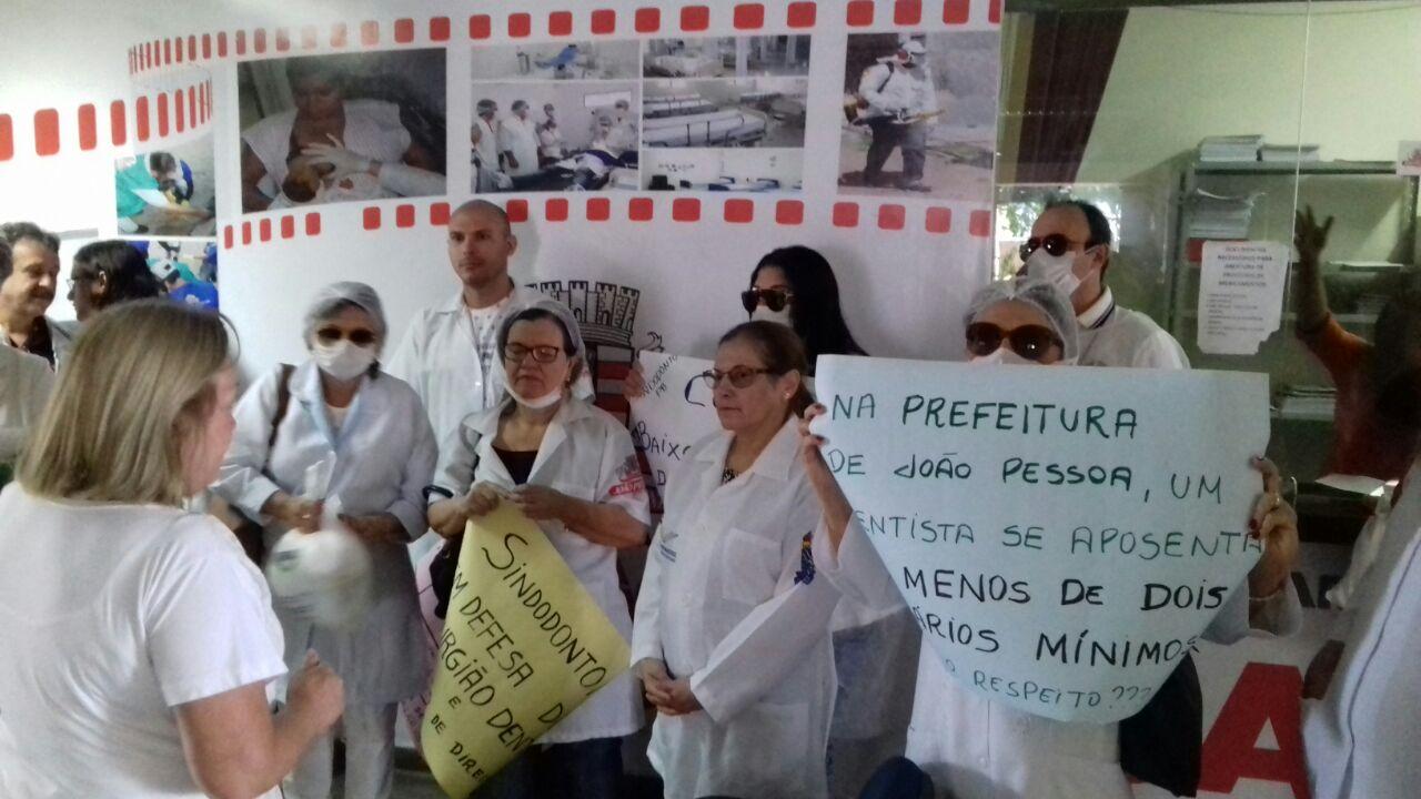 Dentistas ocupam secretária de saúde de João Pessoa e reivindicam melhoria salarial