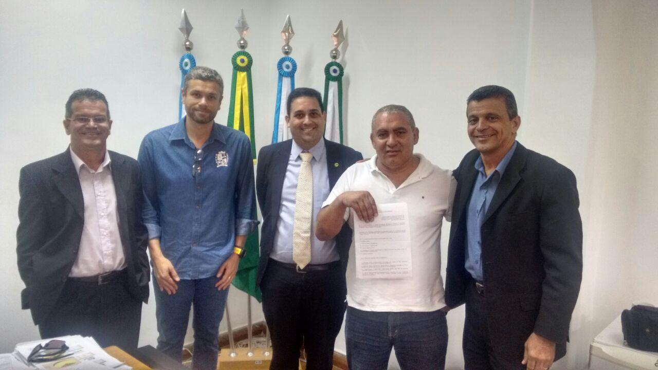 Em defesa da lei que obriga a contratação de bombeiros civis, SINBARJ se reúne com prefeito de Barra Mansa