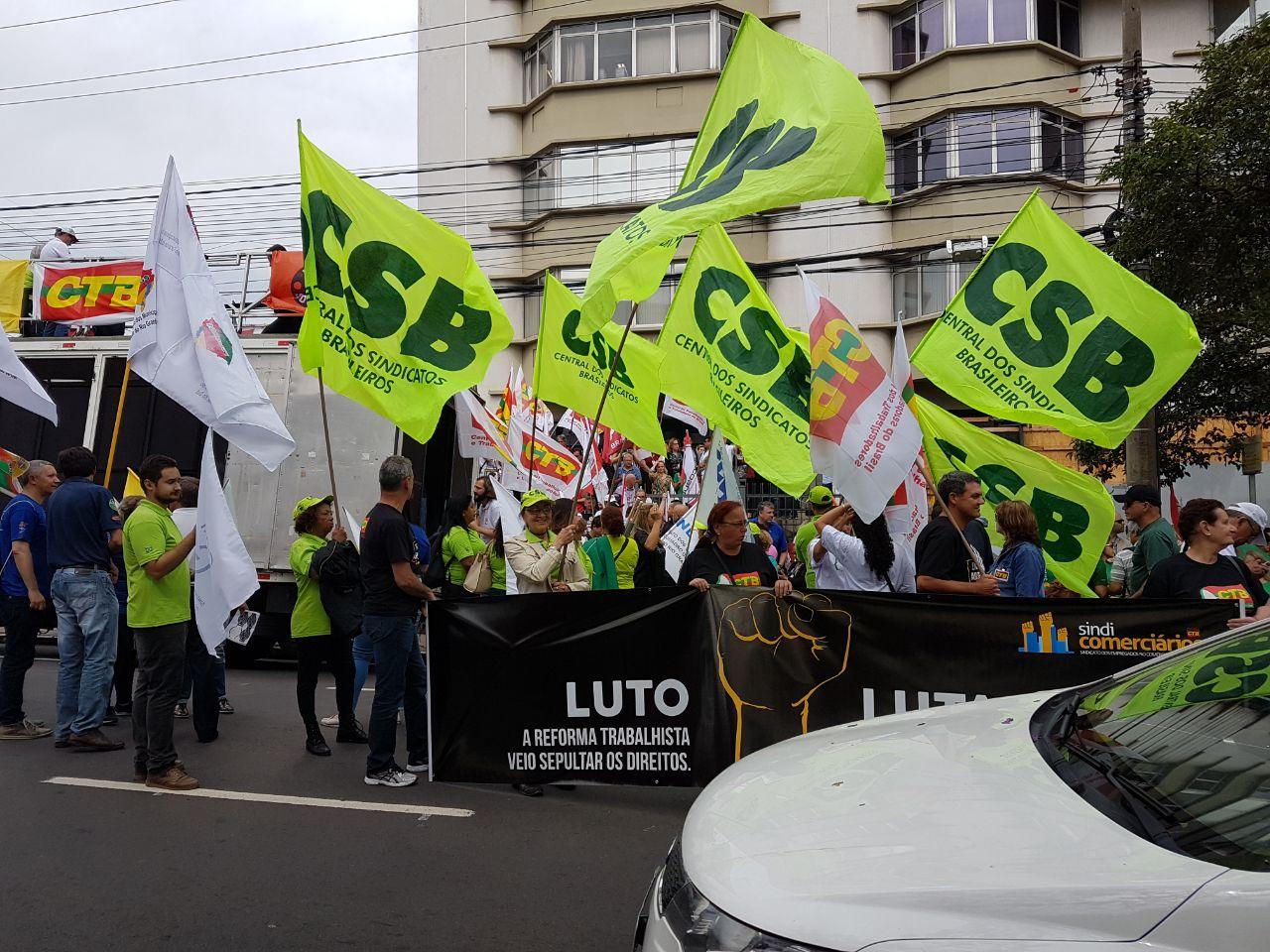 Em Porto Alegre, ato contra reformas do governo reúne mais de três mil pessoas