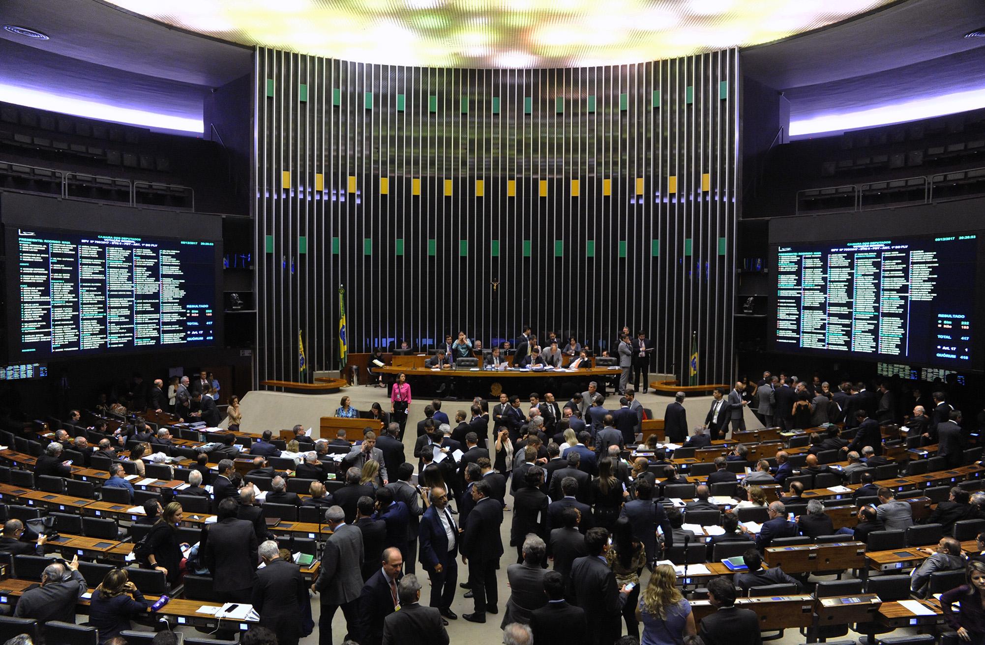 Na calada da noite, deputados concluem votação da MP que dá R$ 1 trilhão às petroleiras estrangeiras