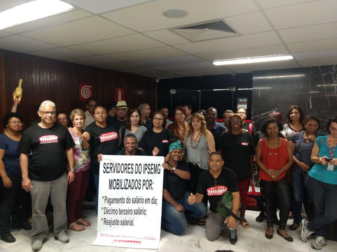 Servidores públicos de Minas Gerais cobram do governo salários atrasados
