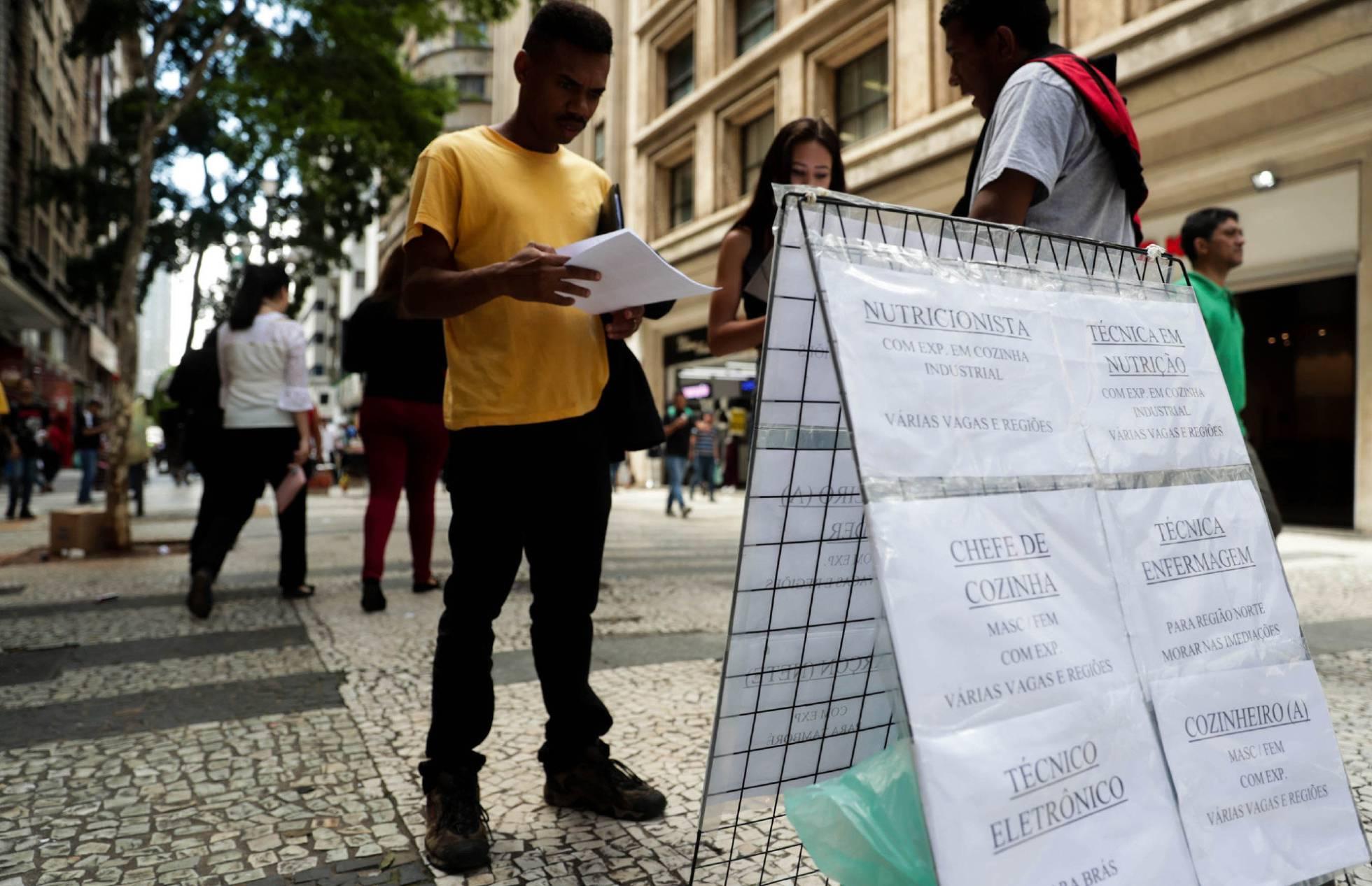 Topa tudo por trabalho: brasileiros aceitam salários menores e postos sem carteira para driblar desemprego