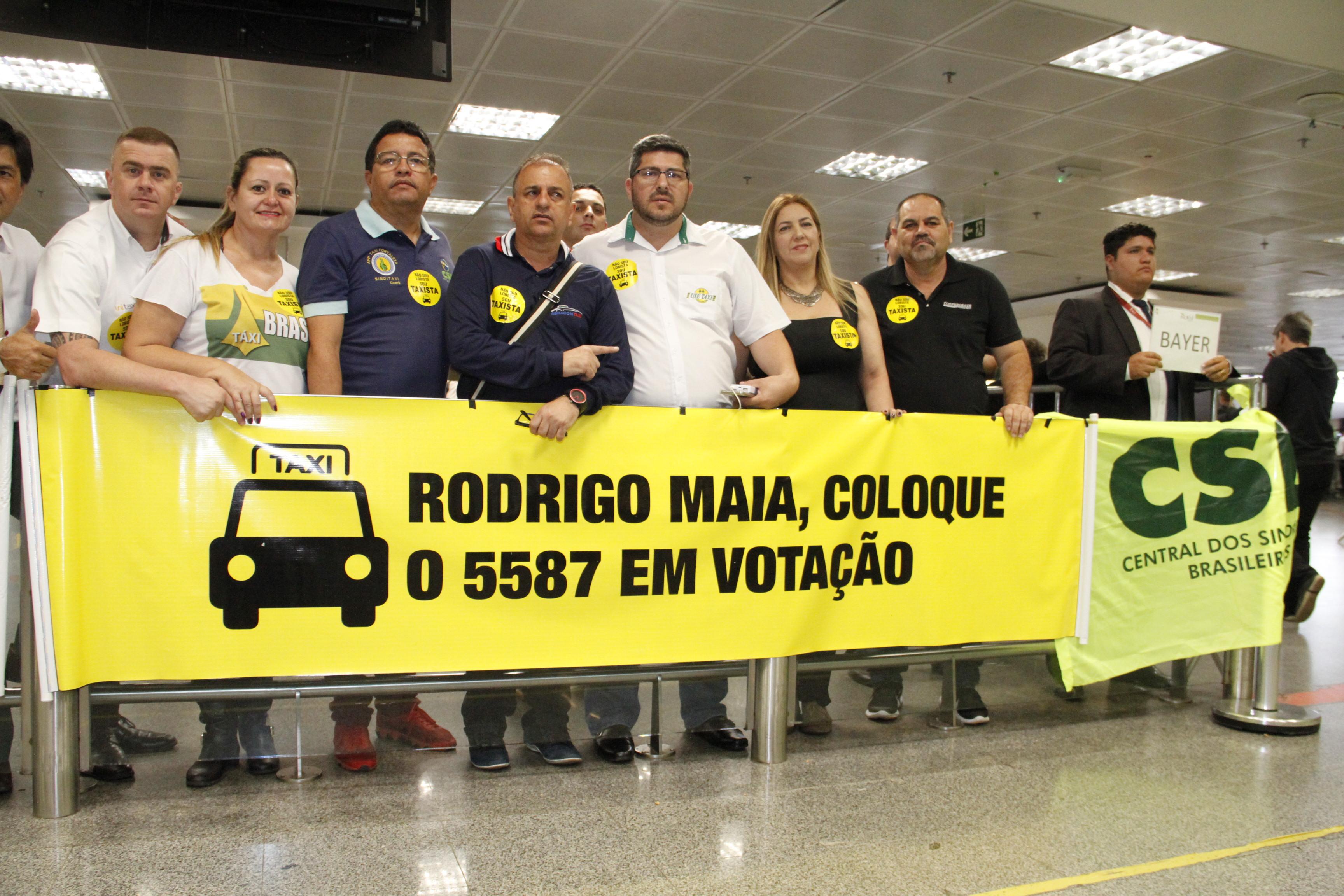 Pelo transporte seguro, taxistas promovem ato no Aeroporto de Brasília