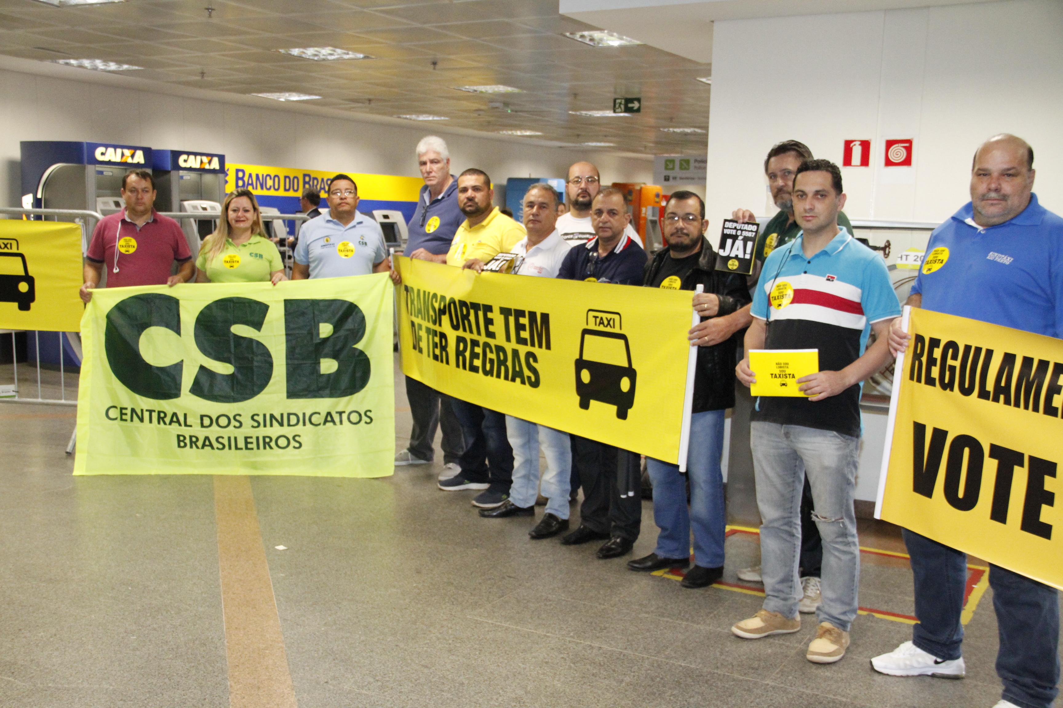 Pelo transporte seguro, taxistas pedem apoio de deputados no Aeroporto de Brasília