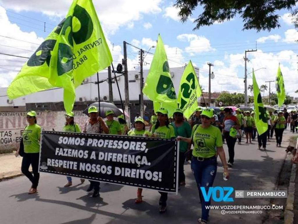 Professores de Carpina (PE) protestam por melhores salários