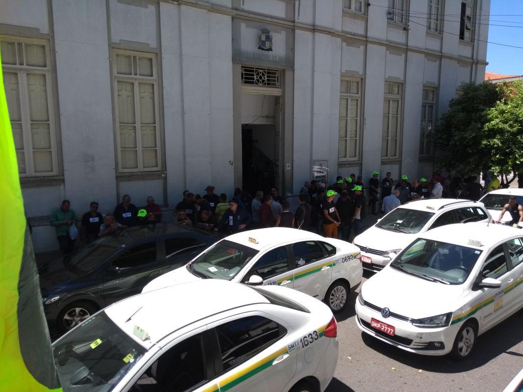 """Taxistas de Aracaju promovem manifestação em frente à Câmara dos Vereadores em defesa do """"Protaxi"""""""