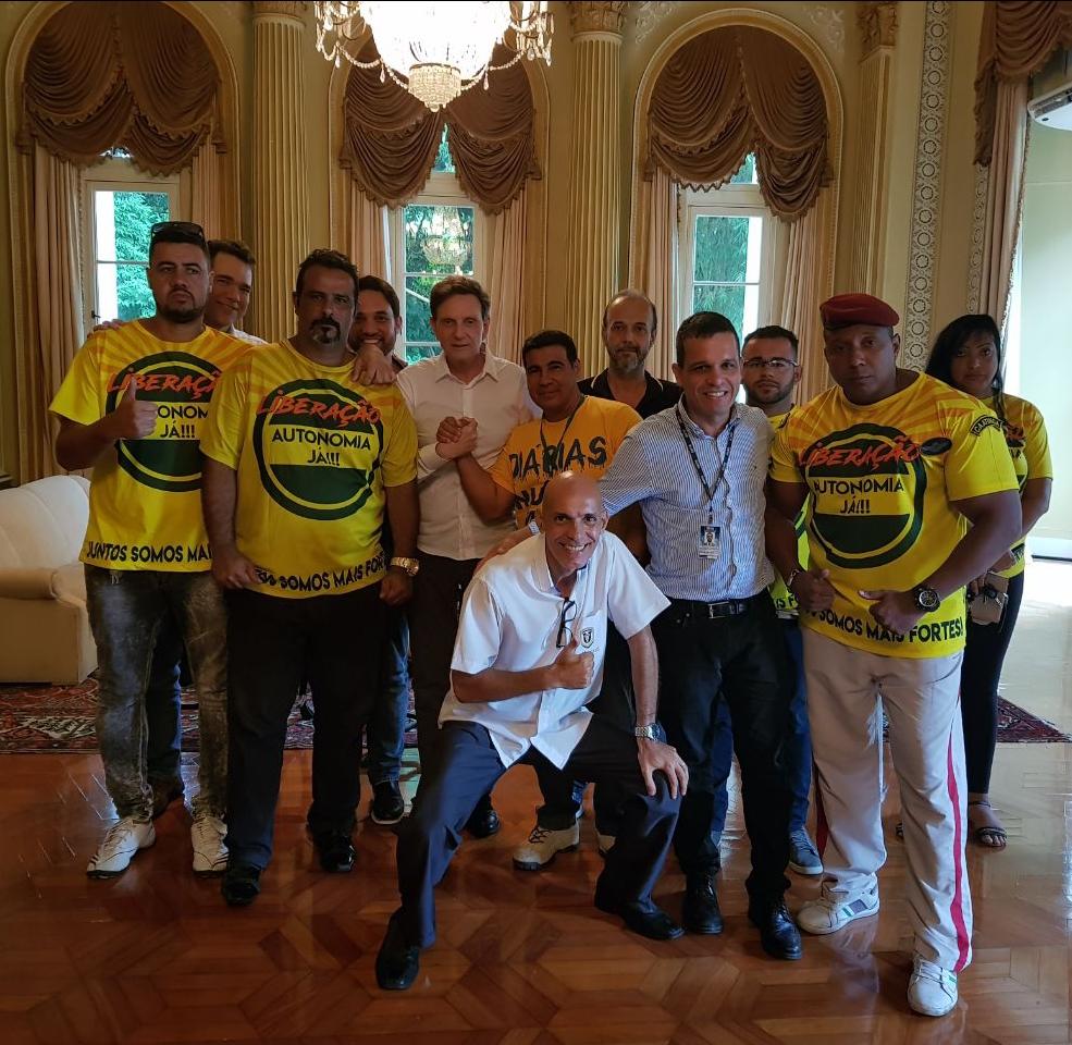 Por mais licenças, taxistas se reúnem com prefeito do Rio de Janeiro