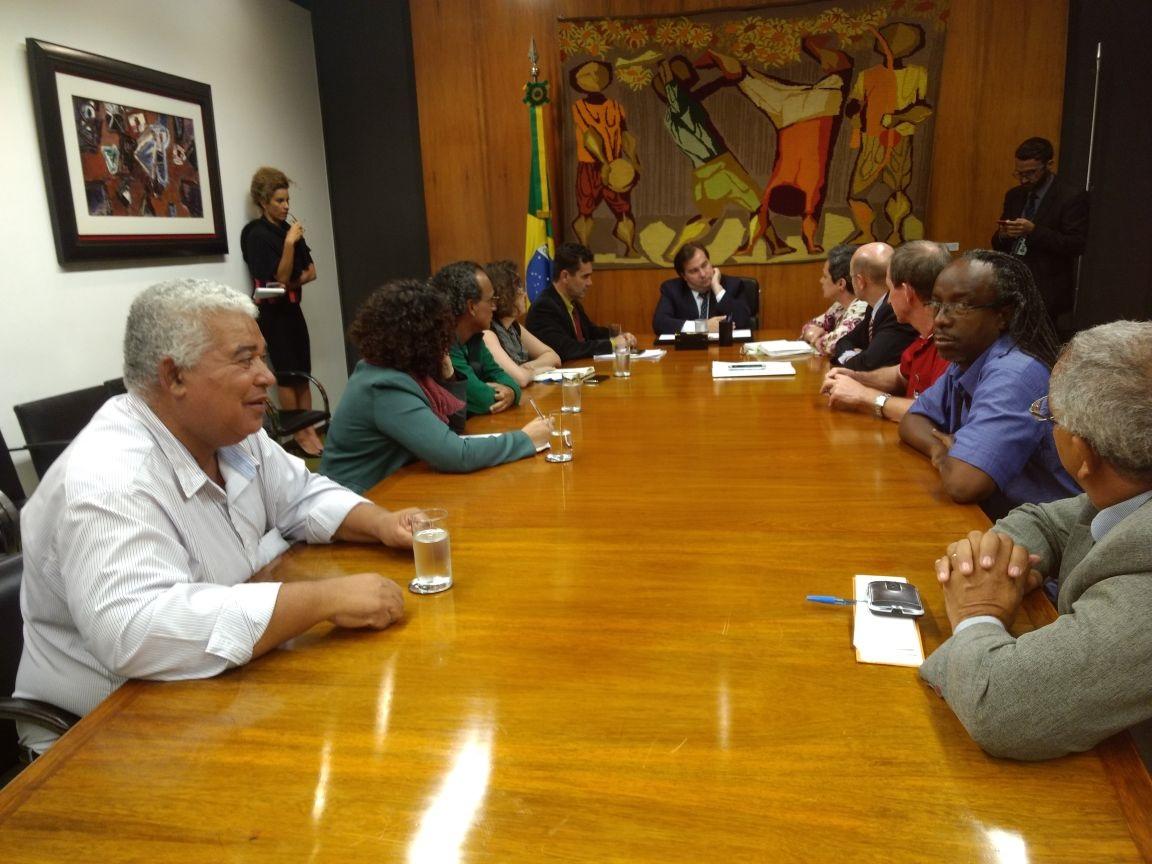 Conselho de segurança alimentar entrega a Rodrigo Maia documento que pede volta de programa contra a fome