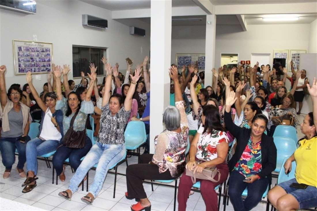 Professores da rede municipal de Linhares (ES) entram em greve por causa do descumprimento do Plano de Cargos e Salários