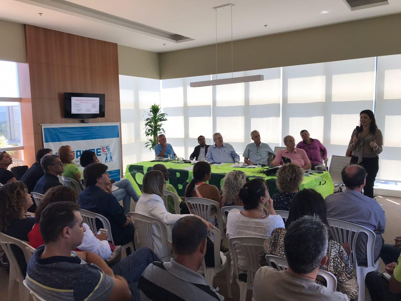 Dirigentes sindicais debatem estratégias de organização e enfrentamento à reforma trabalhista em Vitória (ES)