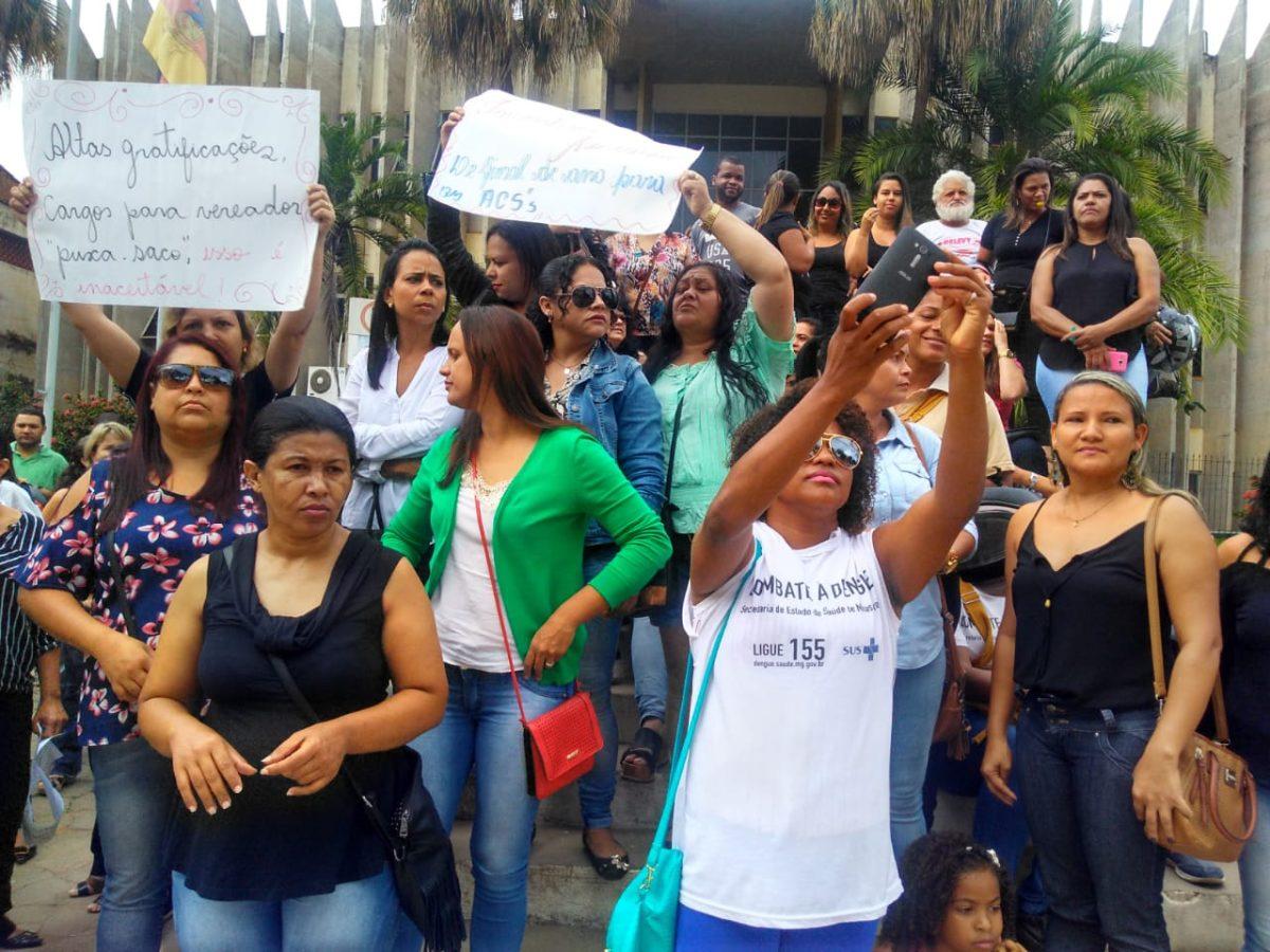 Servidores de Teófilo Otoni paralisam atividades e fazem protesto em frente à Prefeitura