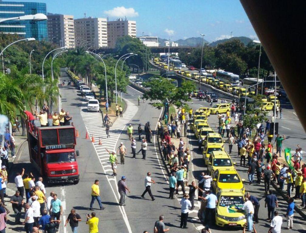 Taxistas do Rio de Janeiro mobilizam toda a capital fluminense em protesto contra decreto que regula aplicativos de transporte