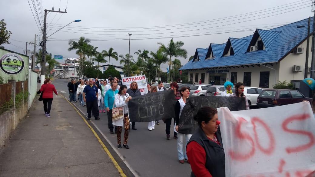 Em quinto dia de greve, servidores de Barra Velha (SC) fazem passeata pelas ruas da cidade