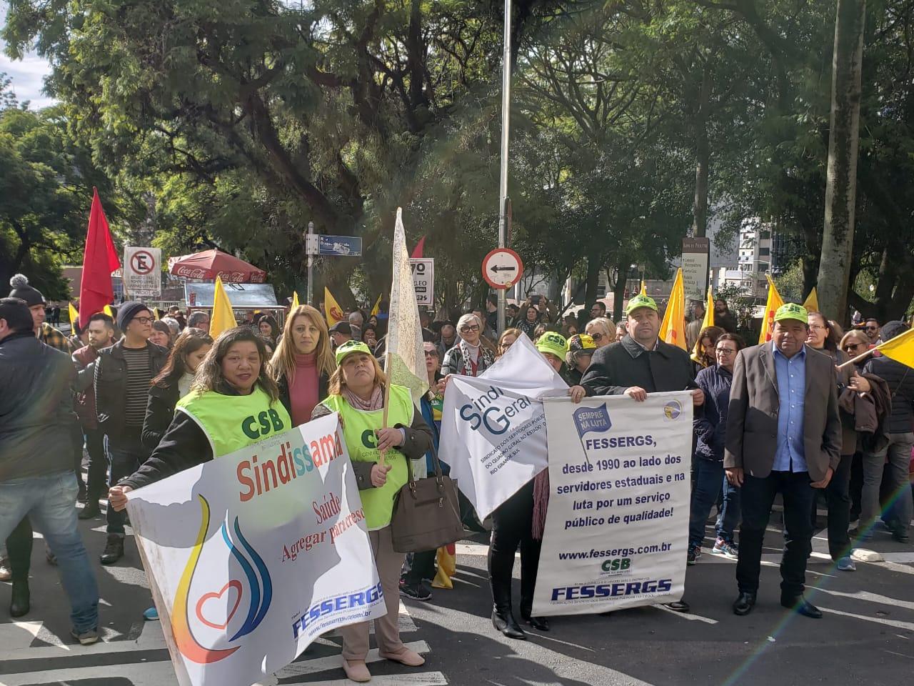 Servidores protestam contra parcelamento de salários em Porto Alegre