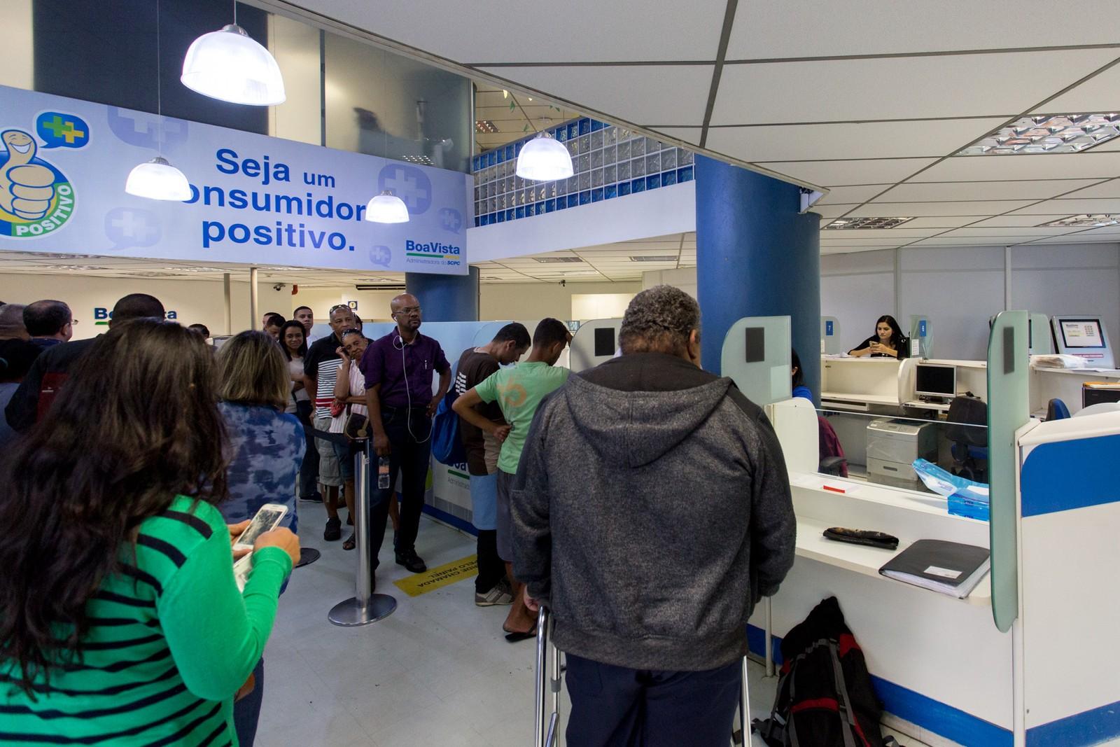 Mercado de trabalho não reage e 13% dos brasileiros queimam poupança em gastos do dia a dia