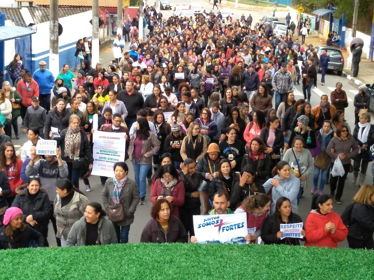 Contra perda de benefícios, servidores públicos de Cotia (SP) fazem greve