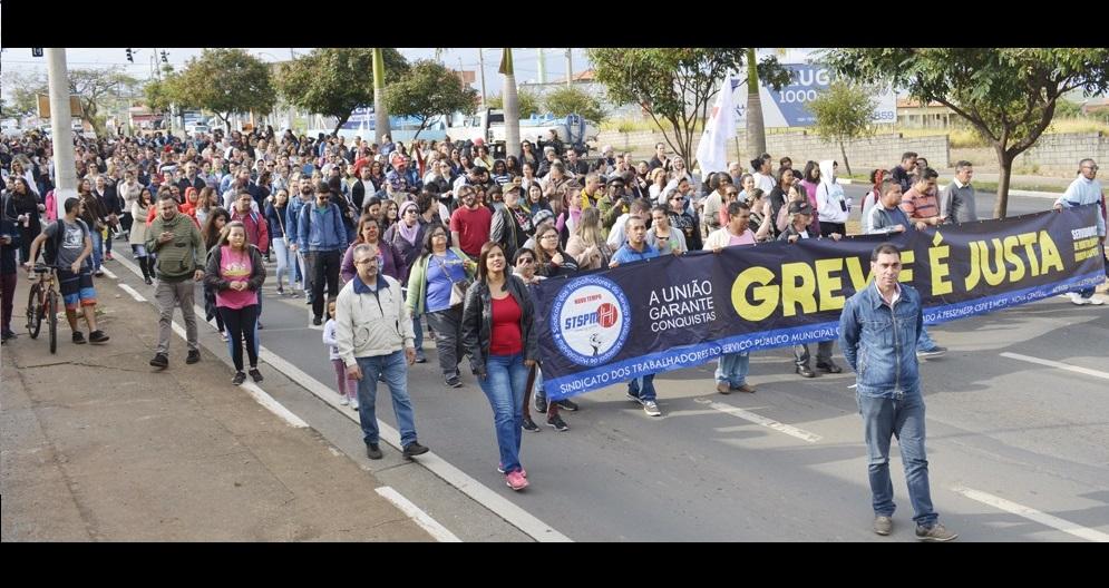 Pelo terceiro dia consecutivo, servidores reivindicam reajuste salarial em frente à prefeitura de Hortolândia