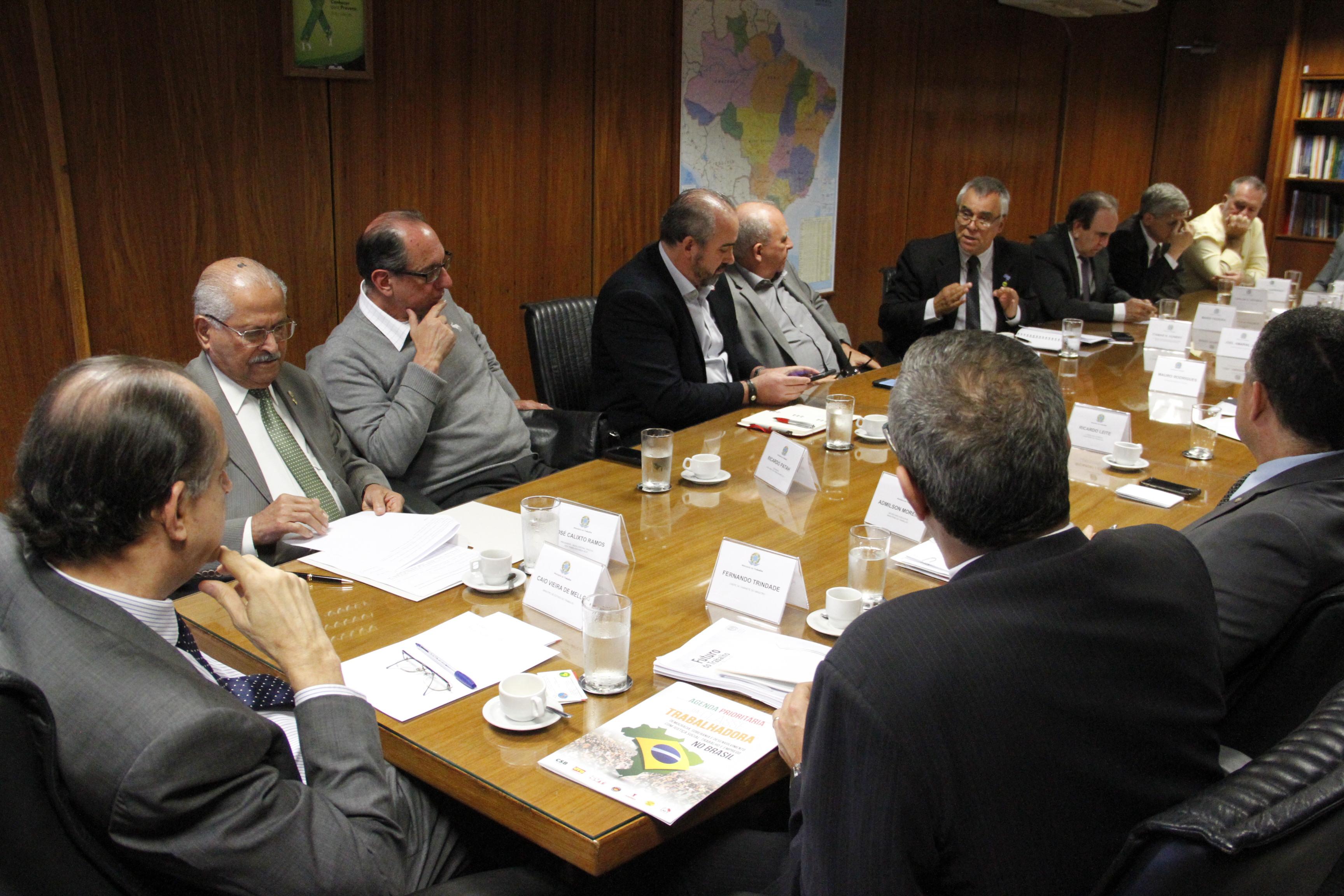 Centrais discutem precarização das relações laborais com novo ministro do Trabalho