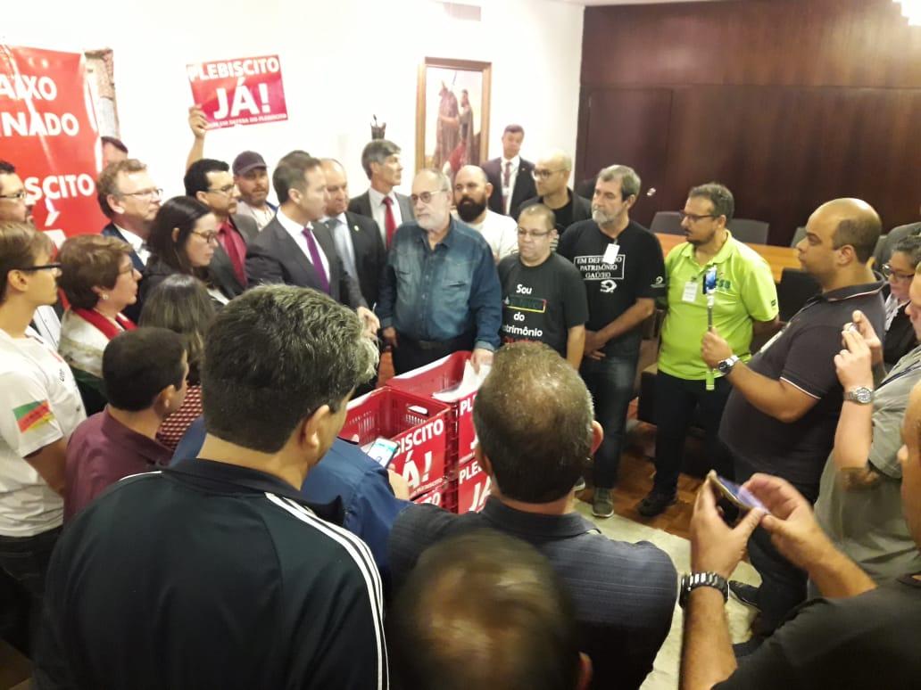 Movimento sindical gaúcho protocola documento com 80 mil assinaturas em defesa de plebiscito
