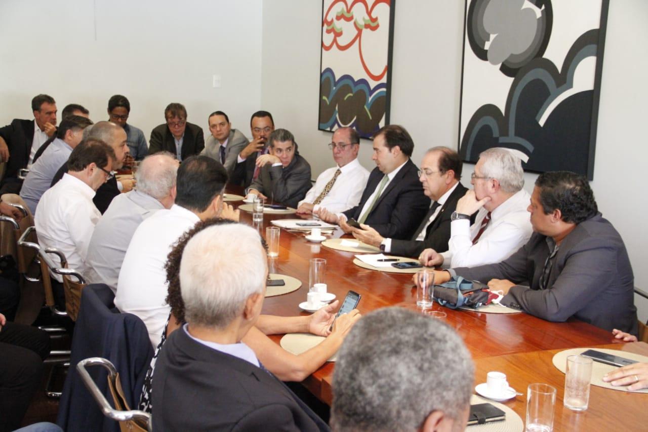 Maia se compromete a mudar MP 873 em reunião com centrais