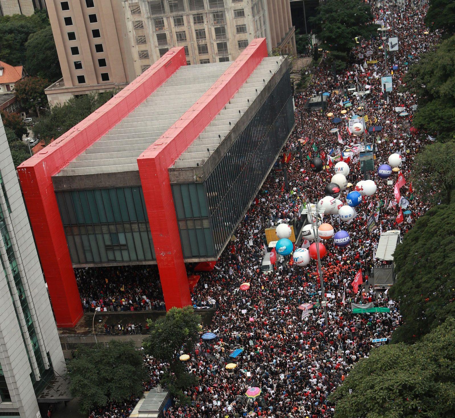 Dia histórico: Milhões vão às ruas do Brasil pela Educação