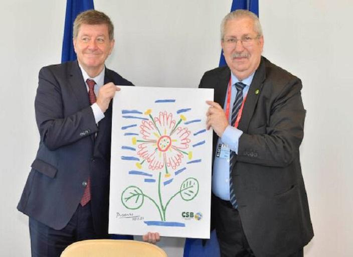 Antonio Neto presenteia Guy Ryder, diretor-geral da OIT, com obra de Picasso