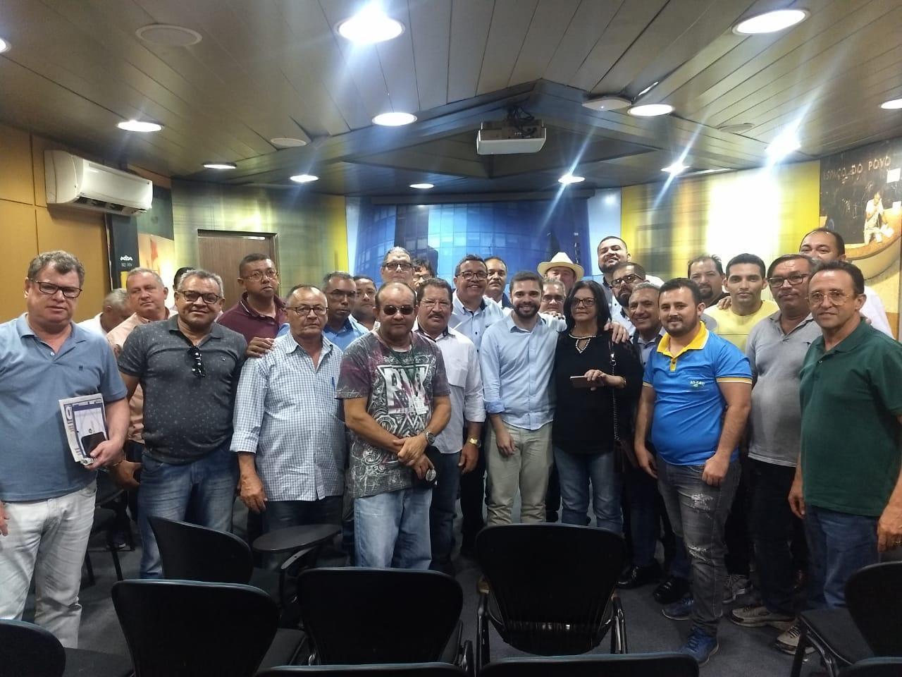 SINDITAXI-CE se reúne com líder do Governo e trata de projeto que regulamenta táxis intermunicipais