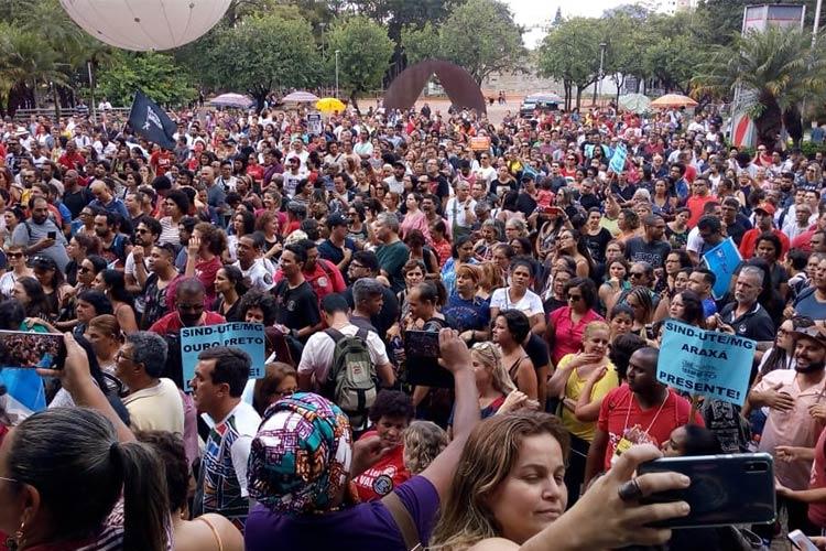 Professores de Minas Gerais optam por continuar a greve