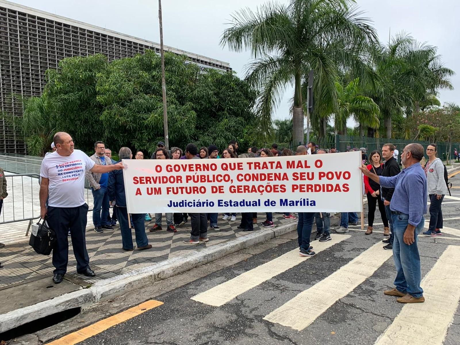 Repressão total: PM de Doria agride professores e servidores na Alesp