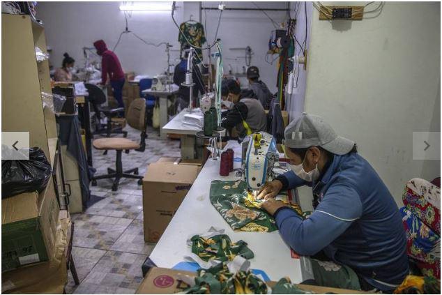Imigrantes em SP ganham R$ 0,05 para confeccionar máscaras antiCovid