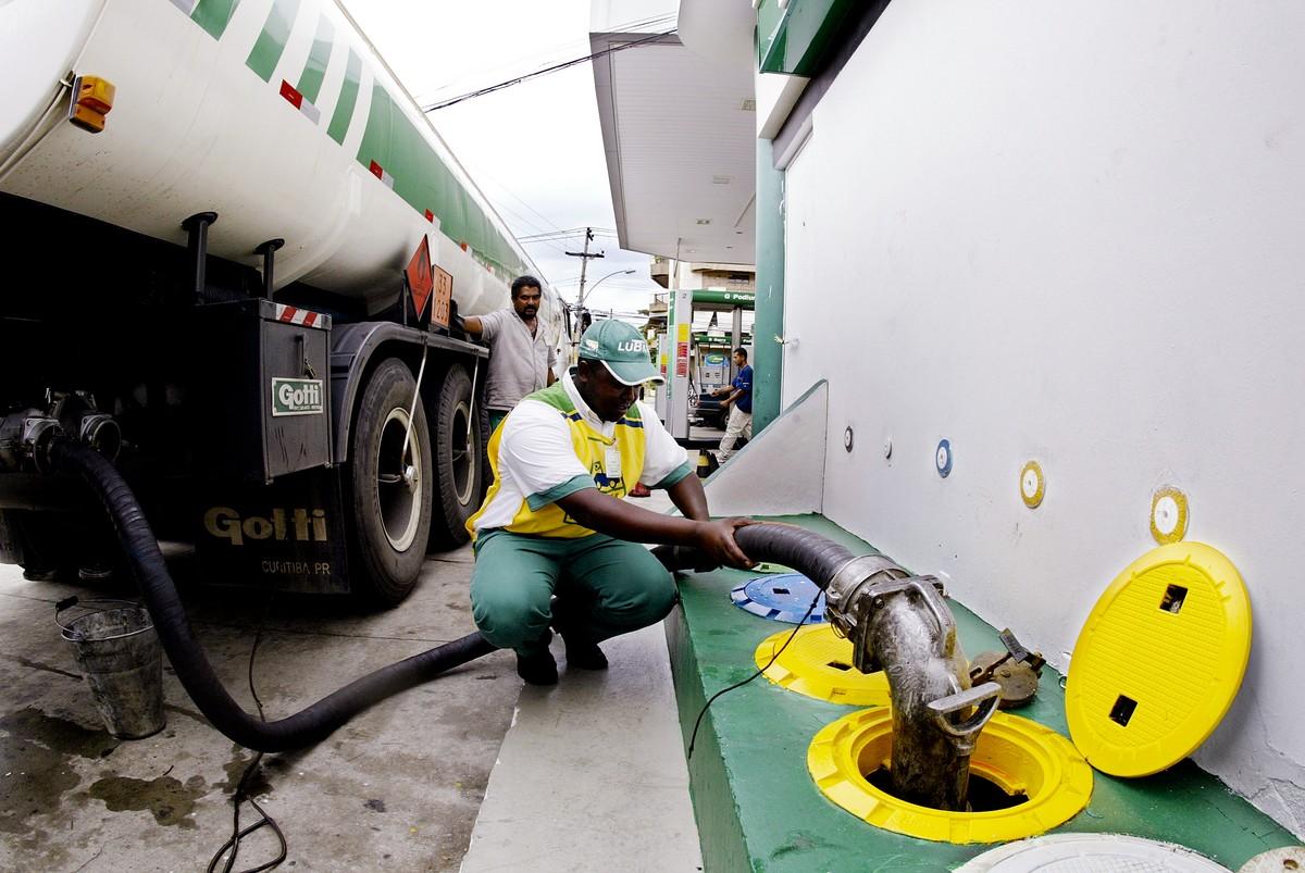 Bolsonaro eleva impostos de carros, indústria química e bancos para isentar diesel e gás
